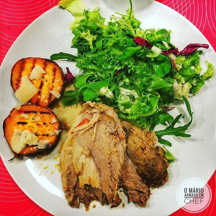 Stewed pork loin with grilled sweet potatoes and lettuce. --- PT: Lombinhos de porco estufados com batata doce grelhada e alface. #porkloin #sweetpotato #healthyfood #comidasaudável #weightloss #perdadepeso