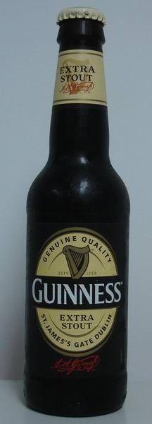 Cerveja Guinness Extra Stout, estilo Dry Stout, produzida por St. James's Gate, Irlanda. 5% ABV de álcool.