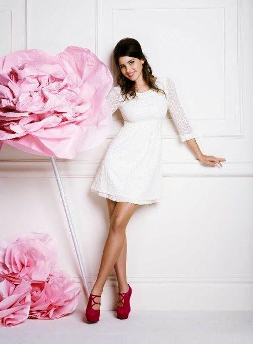 Super feminine little white dress with beautiful red heels