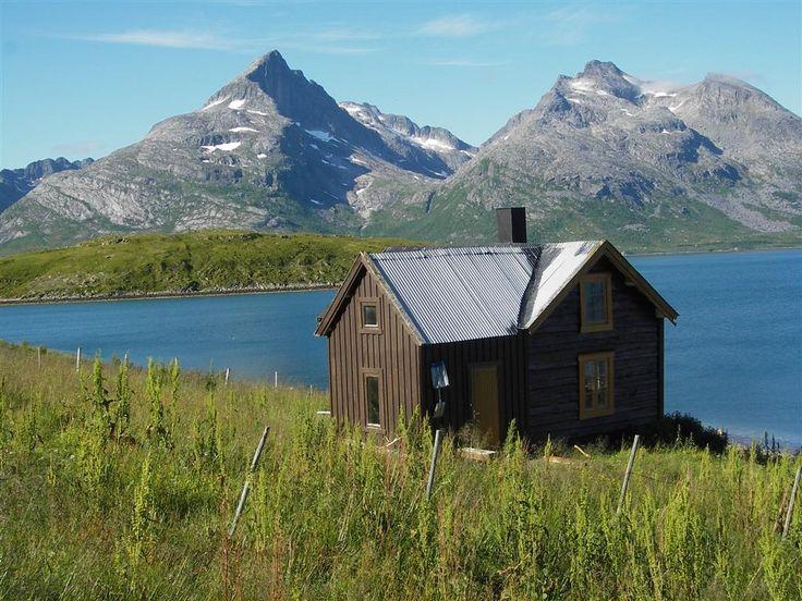Rental, Tromsø, Norway. www.inatur.no/hytte/50f1923fe4b09858059476fc/hytte-molnes-i-fantastisk-natur-nar-tromso   Inatur.no