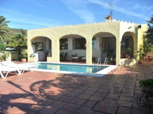 Lovely detached villa with stunning views across the sea to North Africa situated on the gentle south facing slopes on the peaceful urbanisation at San Diego.