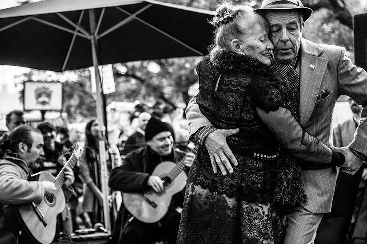 Tango ao ar libre em San Telmo Buenos Aires  @leolapsfotografia #buenosaires #argentina #musica #tango #dance #bw #santelmo #dancers #music #plazadorrego #art #sundays #praça