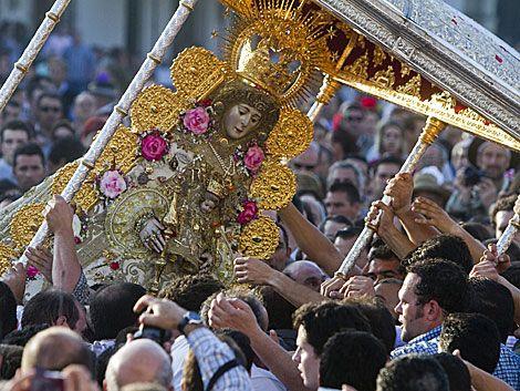 La imagen de la Virgen del Rocío recorre las calles de su aldea ...