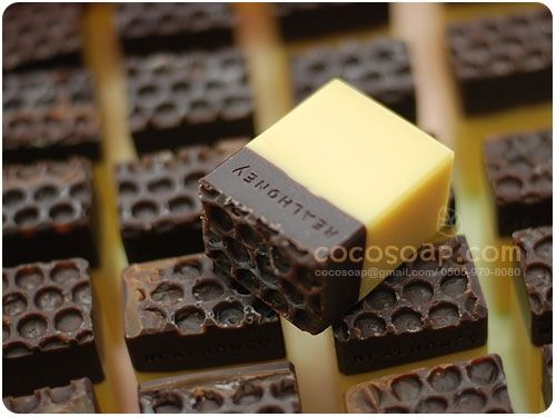 Lovely Soap -  chocolate and honey if I understand right.  You can see why . . . ..   :: 즐거운 핸드메이드 비누 쇼핑몰 코코솝 입니다 =D ::
