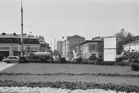 """Intersecția de la Bucur Obor, înainte de construirea pasajului (foto Dan Vartanian 1976). Se vede începutul Căii Moșilor, care pe dreapta avea o unitate CEC, iar pe stânga – o clădire în stil belle-epoque, care adăpostea magazinul """"Scufița Roșie"""", precum și cofetăria """"Răsăritul""""."""