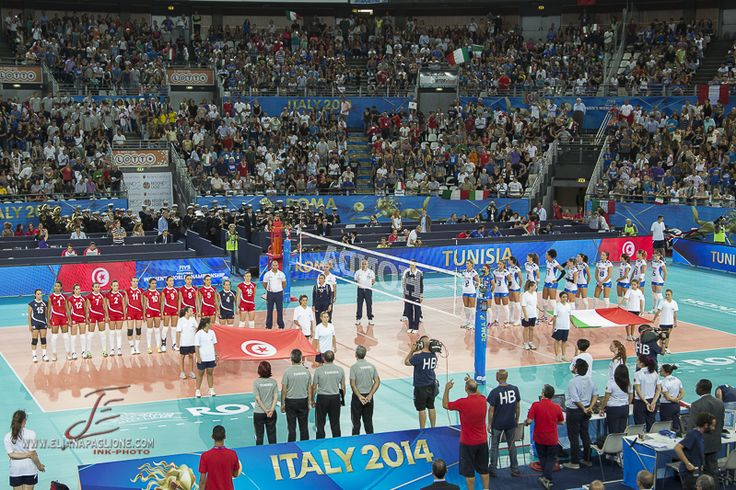 Italia e Tunisia schierate in campo prima del match