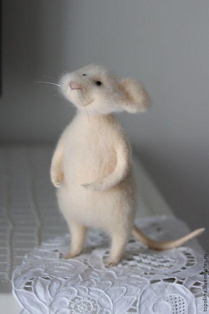 Купить или заказать Мышонок Персик в интернет-магазине на Ярмарке Мастеров. Мышонок свалян из100% шерсти методом сухого валяния. Глазки - бусины, свитер связан вручную.