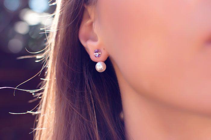 Bardzo modne podwójne kolczyki, Na górze fioletowy kryształ, na dole piękna biała perła. Najnowszy krzyk mody. Delikatne, dopasowane do ucha, lśnią w słońcu.