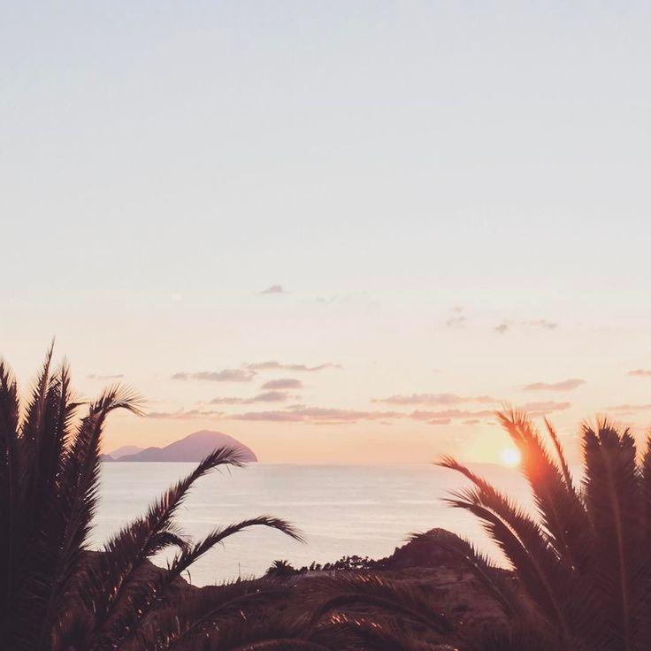 Ci sono cose che si imparano da piccoli il profumo della zagara l'odore della terra quando inizia piovere il rumore del mare... e sono cose che ti rimangono dentro per sempre. Da grande ho imparato l'odore il rumore ed il profumo del sole quando tramonta...
