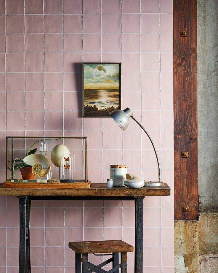 vtwonen roze muur met accessoires | pink wall with accessoires | vtwonen 01-2017 | Fotografie Jeroen van der Spek | Styling Cleo Scheulderman | Productie Inge Steketee