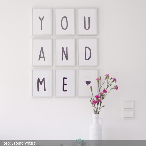 Diese Liebeserklärung ist schnell gemacht: Einfach am PC - oder von Hand - neun DIN A5-Bögen mit den Buchstaben YOU AND ME und einem Herzchen beschriften. Rahmen, aufhängen - fertig!