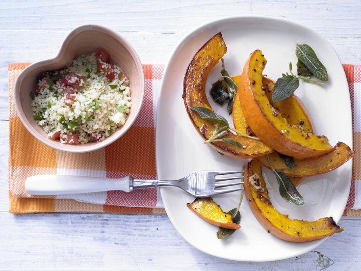 Geschmorter Kürbis mit Salbei - und Tomaten-Couscous - smarter - Kalorien: 397 Kcal - Zeit: 30 Min. | eatsmarter.de