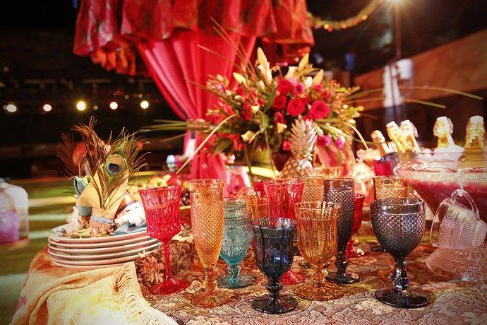 Detalhe de taças coloridas na Festa Cigana