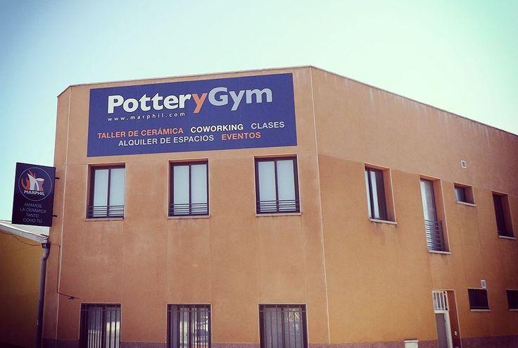 Este es nuestro estudio PotteryGym en Madrid, un lugar al servicio de los ceramistas. Podrás alquilar tu propio espacio de trabajo, hornos, asistir a clases y organizar eventos.