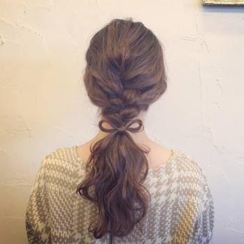こちらは、編み込みダウンアレンジ。髪の毛の半分を三つ編みし、首あたりから髪の毛でリボンを作ってヘアアクセサリー風アレンジに挑戦。子供っぽくなりすぎない、おすすめのヘアアレンジです♪