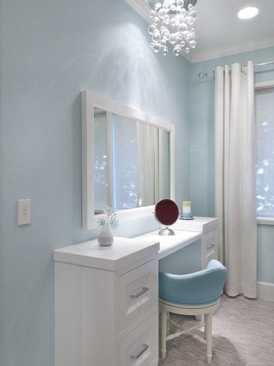 Penteadeira branca moderna, parede azul