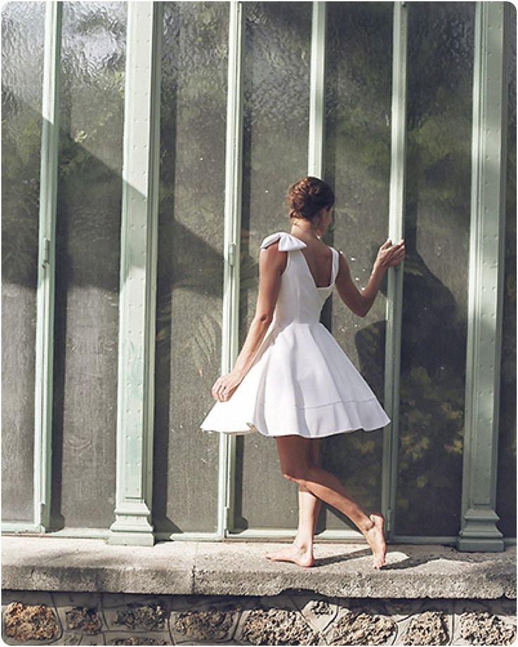 Aujourd'hui je suis ravie de vous présenter les robes de mariée Elodie Michaud. J'ai eu un gros coup de coeur pour ces très jolies robes de mariée qui sont vraiment dans le style que j'adore: classe, épuré, glamour… Les robes de mariée Elodie Michaud plairont aux mariées romantiques, bohèmes, modernes, il y en a pour …