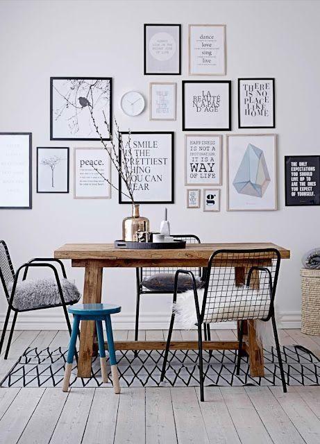 Schilderijtjes aan de muur van verschillend formaat, maar met dezelfde kleuren/ sfeer zodat het rustig en één geheel blijft.