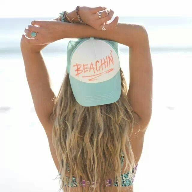 Nos idées coiffures pour un look fun et féminin avec une casquette. Focus : Cheveux au vent travaillé en beach waves.