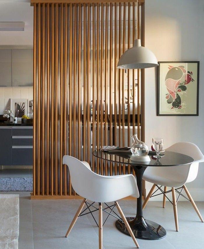 portes placard persiennes en bois vers la cuisine