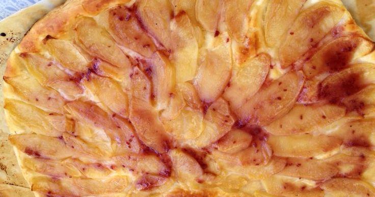 Fabulosa receta para Tarta de manzana de hojaldre fácil . El domingo comimos en casa con mis suegros e hicimos esta tarta de manzana en un momento.