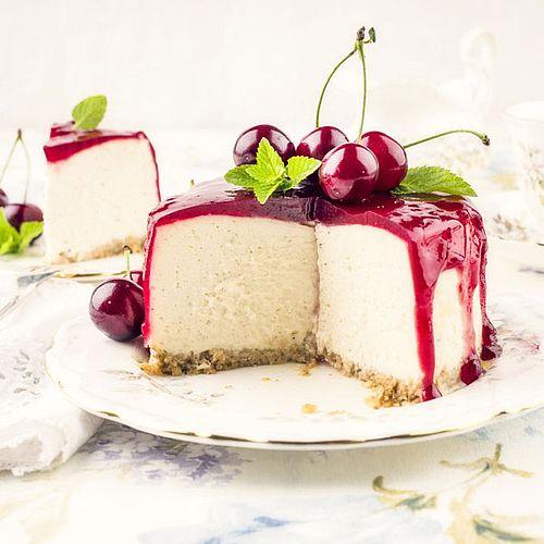 Leichte Low Carb Joghurt-Quark-Torte mit Kirsch-Topping