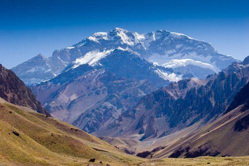 Monte Aconcágua, #Argentina Com 6.960,81 metros de altitude, o monte Aconcágua (Sentinela de Pedra) é o ponto mais alto das Américas.