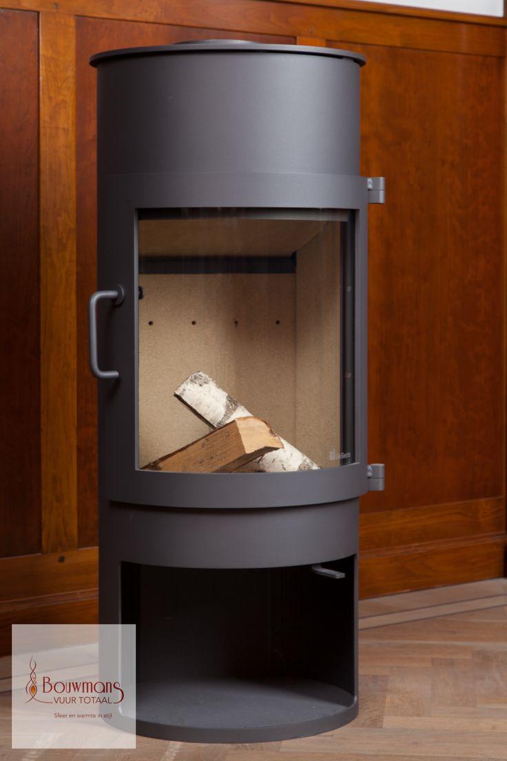 De houtkachel van het type Babe is opvallend door zijn grote gebogen glasraam en ronde vormen. Bij deze houthaard heeft u een optimaal zicht op het vuur. Ons showroommodel heeft een aansluiting voor een 150mm rookkanaal aan de bovenzijde en een vernogen van 4.8 kW. De adviesprijs van deze exclusieve vrijstaande houtkachel is € 2405 en het showroommodel heeft nu een meeneemprijs van € 1695