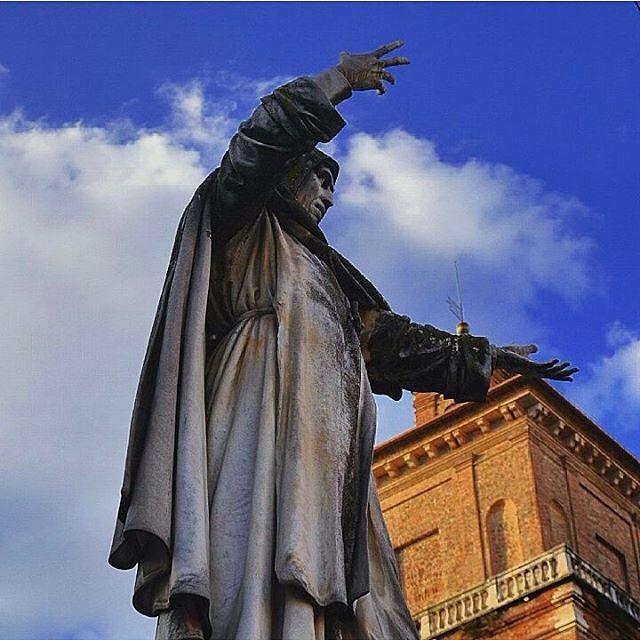 Ferrara Girolamo Savonarola - Questo importante personaggio della storia italiana nacque a Ferrara e la città gli ha reso omaggio con una piazza ed una statua adiacenti al Castello Estense (sullo sfondo si nota una delle torri). Dal piedistallo il frate ci osserva quotidianamente con severità le sue braccia sono scolpite in un perenne ammonimento ma quando i ferraresi alzano gli occhi non possono fare a meno di fotografarlo orgogliosi :). I giorni a disposizione per la gestione di questo…