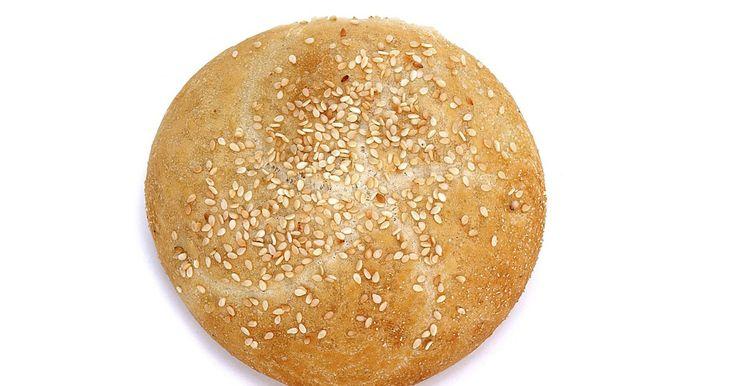 Como aproveitar os benefícios do gergelim. A minúscula semente de gergelim é um ingrediente importante na culinária do Oriente Médio, e é um complemento saudável à dieta. 28 g de sementes de gergelim fornece 160 calorias, cerca de 5 g de proteína, 7 g de carboidrato e 14 g de gorduras saudáveis. Sementes de gergelim são ricas em minerais como cálcio, cobre, magnésio e ferro. As sementes ...
