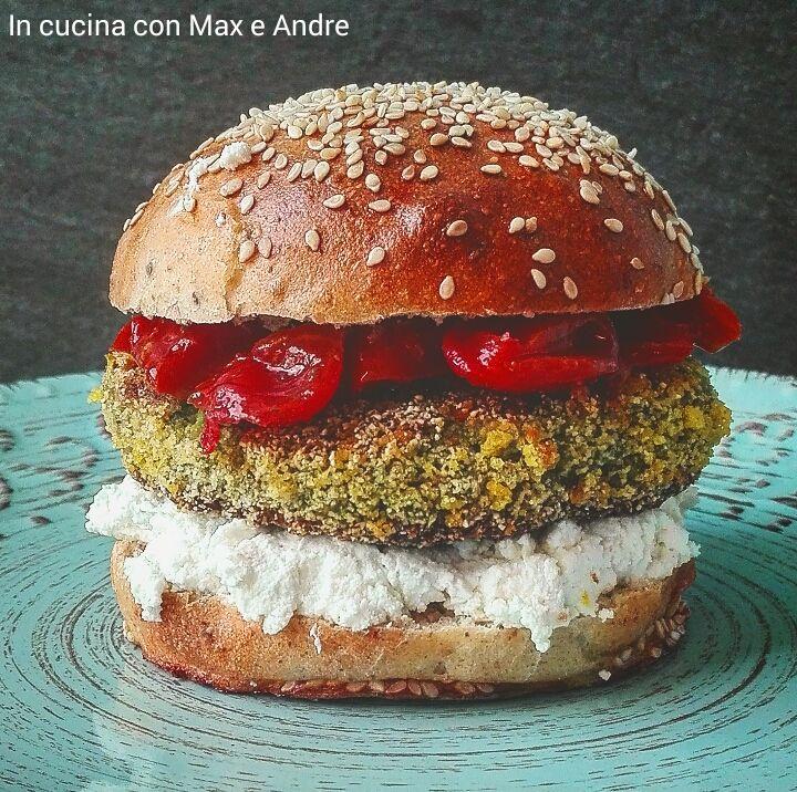 Tofu burger - Per la salsa, in una padella filo d'olio, aglio in camicia e fate cuocere i pomodorini a fiamma viva per 10 minuti, tagliandoli a metà...