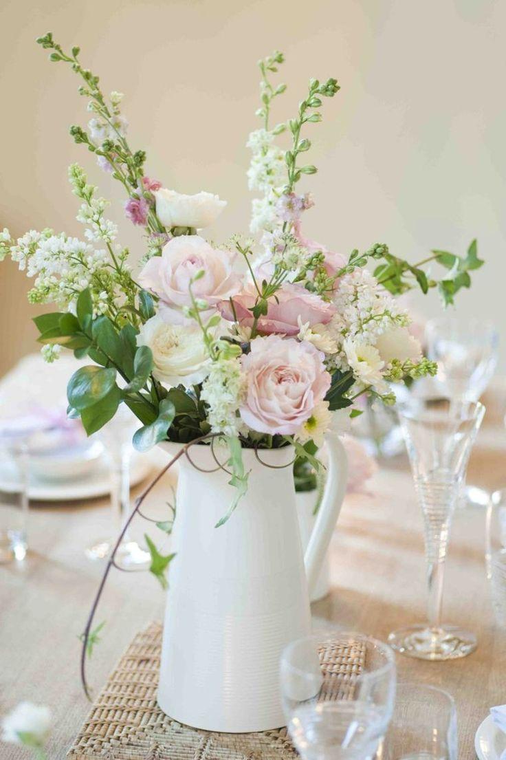 déco table mariage vintage avec vase blanc en style rétro