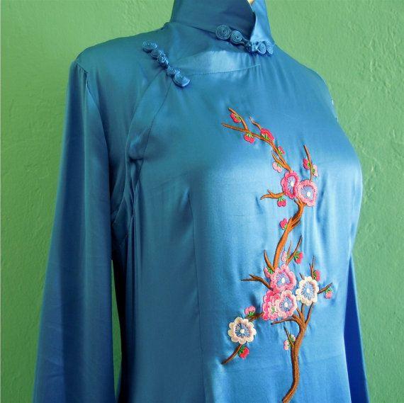 Etsy の ヴィンテージ 80 年代ブルー刺繍チャイナ ドレス シルク by HarlowsVintage