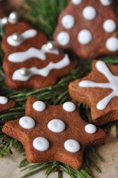 Esprit de fêtes Cette année encore, la cuisine de Nathalie ne déroge pas à la tradition de Noël avec ses petits biscuits mais cette fois-ci ils seront au chocolat et décorés de glace royale. Où que vous soyez, je vous souhaite de passer un bon réveillon...