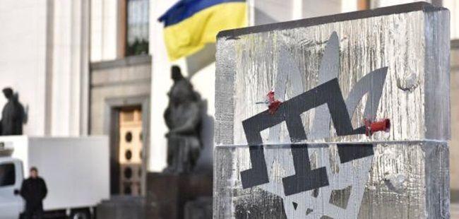 KİEV (QHA) - Ukrayna Parlamentosu binasın önünde belirsiz aktivistler, içinde Kırım Tatar Tarak Tamgası ve Ukrayna devlet arması Trizub olan buz anıtını yerleştirdi.   Espreso.tv'nin fotoğrafçı Bogdan Botakov'a atıfla verdiği habere göre, söz konusu buz anıtını, 18 Mart tarihinde gece veya sabahın erken saatlerinde Ukrayna Parlamentosu binasının önüne konulduğu bildirildi. Anıtın kimin tarafından hazırlanıp yerleştirildiği belli değil.