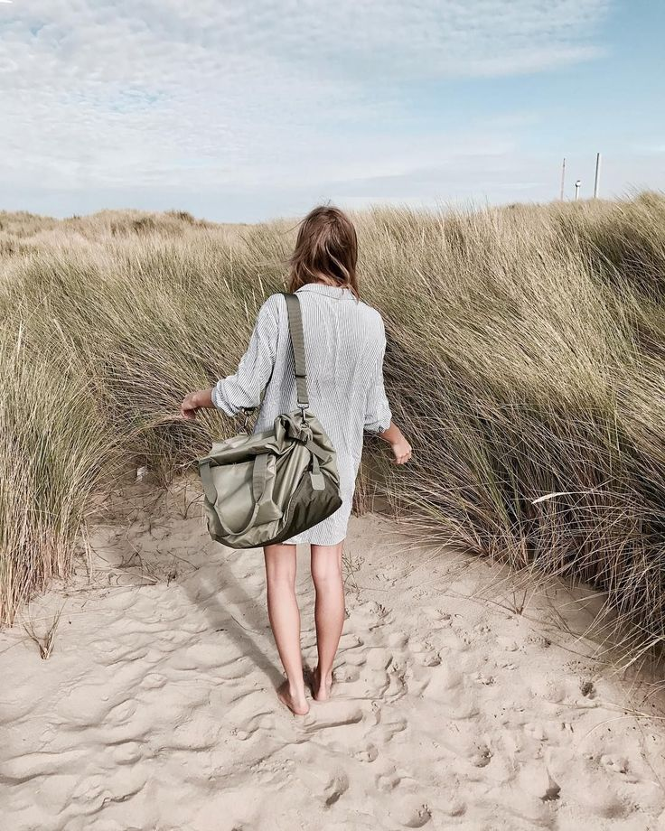 Zoé Paula carrying our willow green Maja in a wonderful beach landscape.