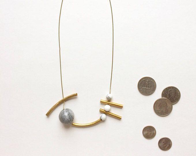 Cadena del collar con tubos de latón, piedras de mármol y oro 14k chapado en Calder
