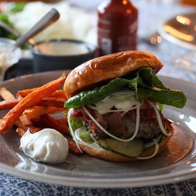 En härlig burgare med friterad sötpotatispommes och tryffelmajjo 😜 #hamburgare#burger#sötpotatis#pommes#f52grams#tryffel#sås#recept mayo majonnäs