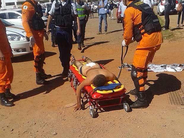 Ladrão baleado nas nádegas em tentativa de roubo recebe curativo de equipe dos Bombeiros (Foto: Polícia Militar/Divulgação)