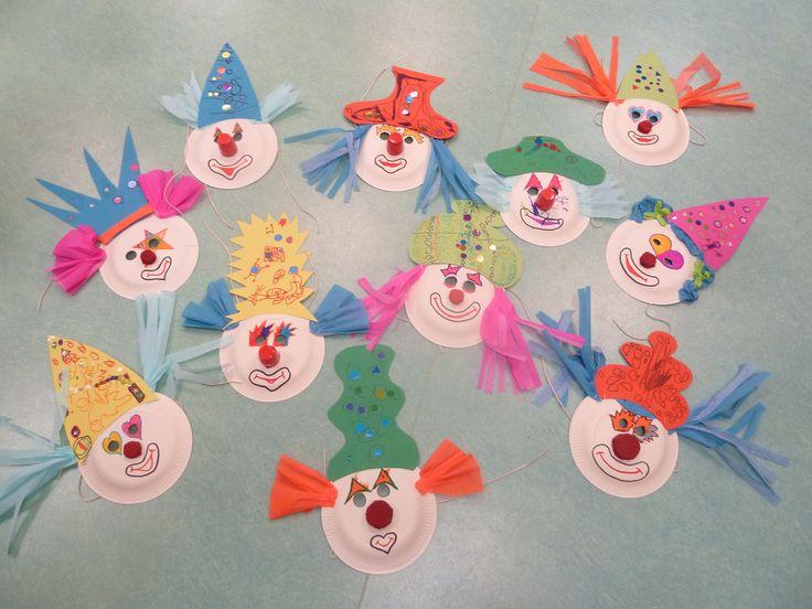 Masques de clowns  (assiettes en carton,bouchons, crépon!!)