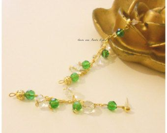 Orecchini lobo realizzati con mezzi cristalli di colore verde e trasparente con perla filigranata dorata al termine della catena dorata. Unici, originali, eleganti. Per la Donna raffinata cerca sempre vestito di aggiungere un accessorio unico al suo