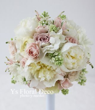 土曜日にウェスティンホテル東京さんで挙式ご披露宴の新婦さんのため、お作りさせていただいた芍薬をいれたラウンドブーケです(芍薬は一番大きな白いお花です)。新...