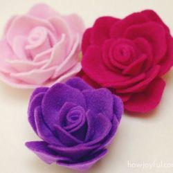 Sur ce blog, de nombreuses idées avec tuto. Tuto complet pour fabriquer des roses en feutrine http://www.howjoyful.com/2011/06/felt-rose-tutorial-and-pattern/