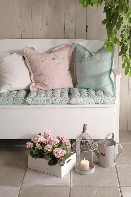 Anche questa non da meno, con cuscini dai colori delicati pastello, con un capiente vano contenitore sotto la seduta…