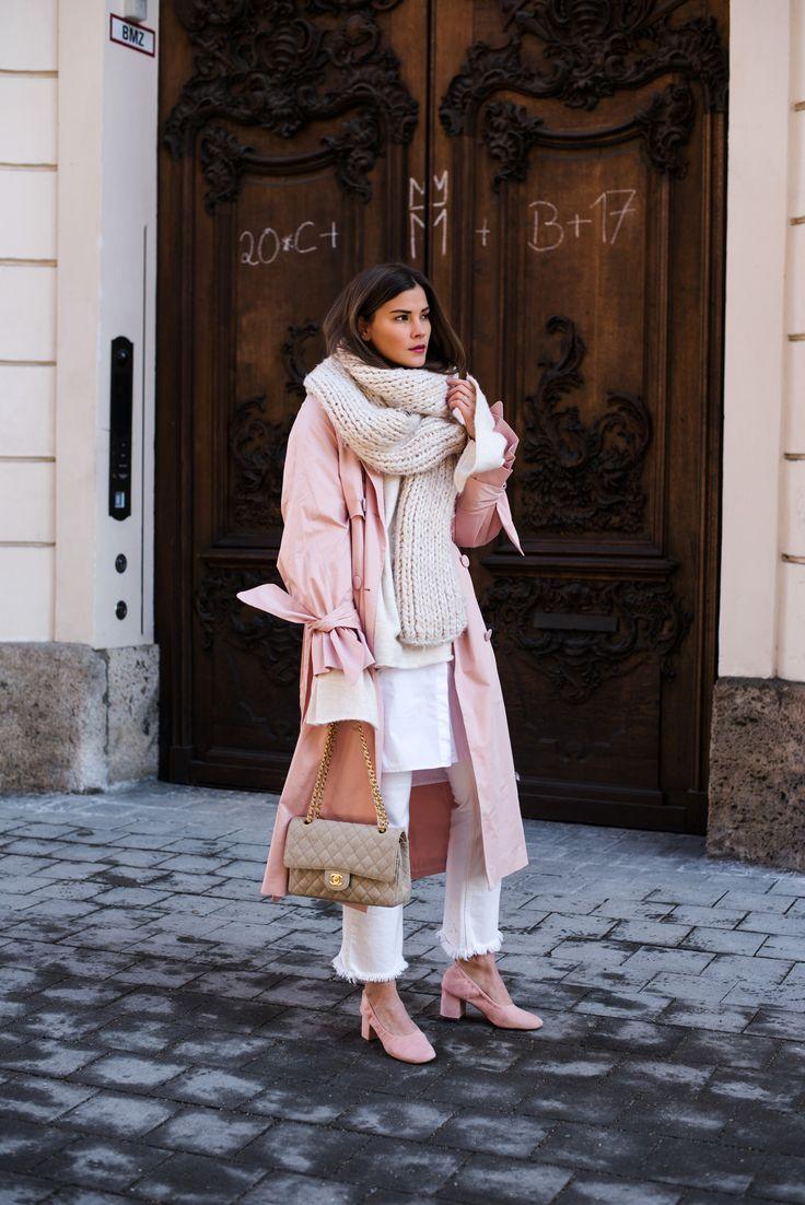Nina Schwichtenberg trägt einen Layering Look bestehend aus langer Bluse, Pulli, Schal, rosa Trenchcoat & weißer Jeans. Dazu kombiniert sie die Chanel Timeless Vintage Canvas. Mehr auf www.fashiioncarpet.com