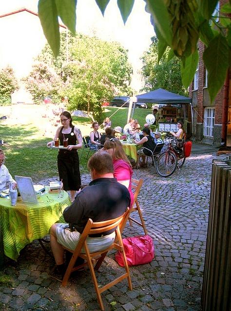 Hard book cafe Kallion kirjaston takapihalla