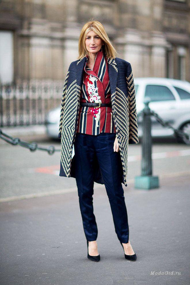 Уличная мода Франции: образы модных редакторов, моделей, стилистов и модных блоггеров на неделе моды в Париже. Хотя уличная мода Парижа и не радует таким разнообразием цветов, как мода миланских улиц, все же парижанкам не откажешь в чувстве стиля. Французские модницы чаще выбирают черный или белый цвет, зато нет недостатка в интересных деталях и необычных сочетаниях.