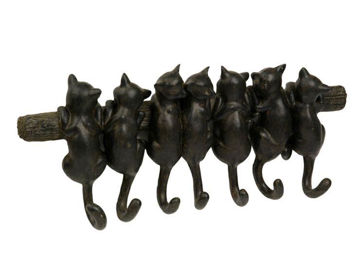 Un cuier inedit prezent în gama noastră de decoraţiuni interioare este cuierul cu şapte pisicuţe, coada acestora reprezentând chiar agăţătorile cuierului. Dimensiunea cuierului este de 43x6x18 cm