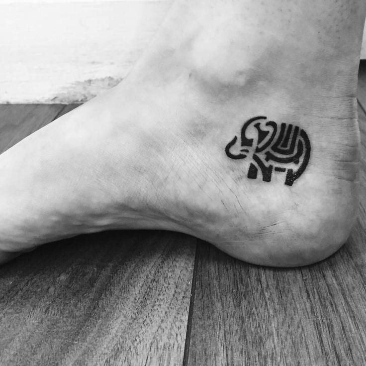 Tatuaje de un elefante de estilo tribal situado en el interior del tobillo derecho. Artista tatuador: Chris Sims