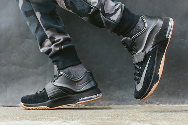 Nike fête le retour de Kevin Durant sur les parquets NBA comme il se doit ! Découvrez la nouvelle Nike KD7 EXT Black / Gum !